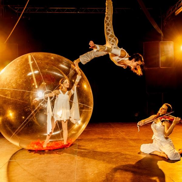 Sphere Celeste Spectacle Bulle Trapeze Violon