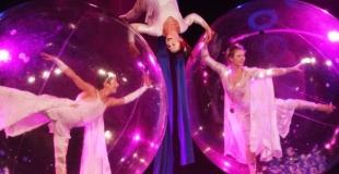 Numero acrobate aerien et danseurs bulles
