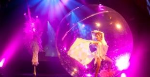Un spectacle de danse avec une bulle de cristal.