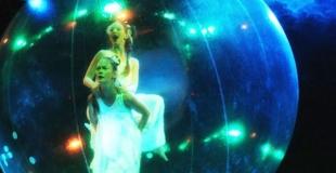 2 danseuses dans une bulle de cristal