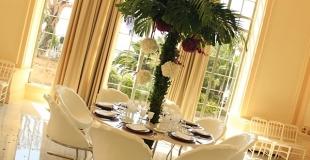 Mise en situation table dîner en forme de fleur et chaises et forme de feuilles