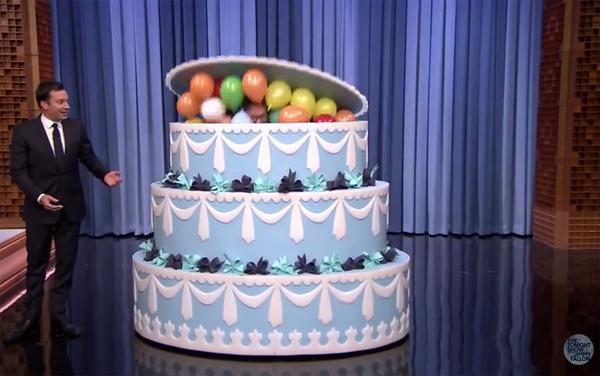 Gâteau surprise géant pour un anniversaire avec stripteaseuse ou chippendales ...