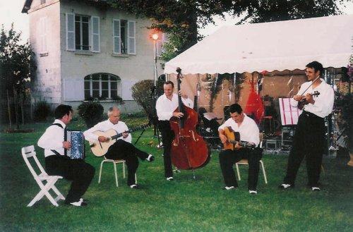 Groupe de jazz manouche ou tzigane en animation musicale d'un mariage
