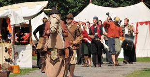 Organiser une fête médiévale avec des artistes en costume d'époque