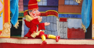 Proposer un théâtre de marionnettes aux enfants pour l'arbre de noël