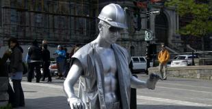 Statue humaine en animation de rue d'une collectivité