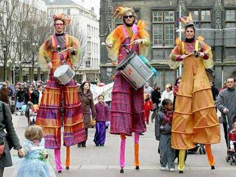 Animation d'échassiers musiciens en déambulation pour carnaval