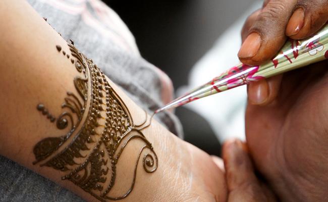 Tatoueuse et tatouage au henné : atelier maquillage oriental pour mariage