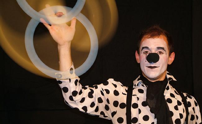 Spectacle de clown interactif pour faire rire les enfants pour l'arbre de Noël