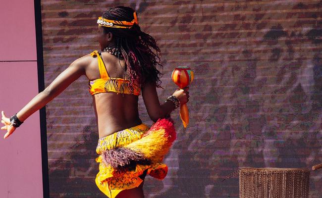 De la danse africaine en animation d'une fête de famille ou mariage