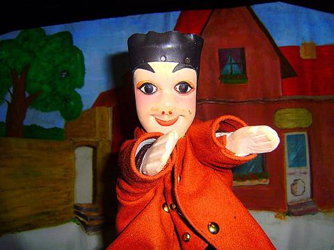 Spectacle de marionnettes de Guignol en animation enfants d'un arbre de Noël