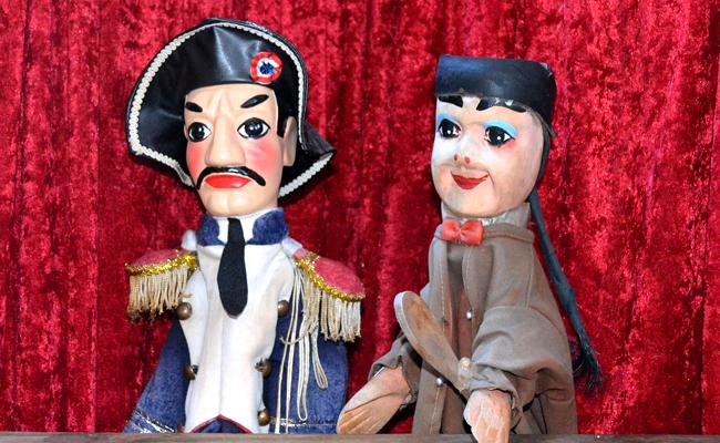 Spectacle marionnettes Guignol en animation enfants d'un arbre de Noël
