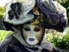 Fanfare et échassiers pour un défilé de carnaval