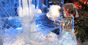 Sculpture sur glace pour un marché de Noël en démonstration ou atelier