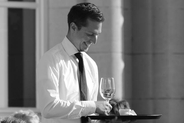 Serveur ou serveuse en extra pour un mariage
