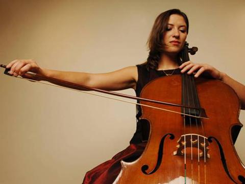 Accueil musical soirée d'entreprise avec une violoncelliste ou quatuor à cordes